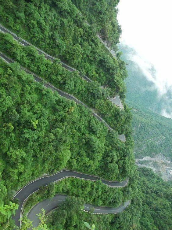 The Most Impressive Roads In The World (25 Pics)