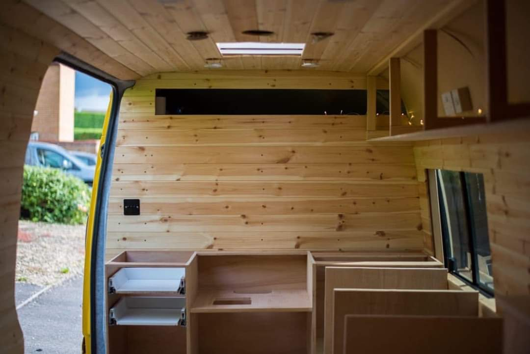 CLIMBINGVAN - They transformed this old DHL van into the perfect home on wheels! (25 Pics)