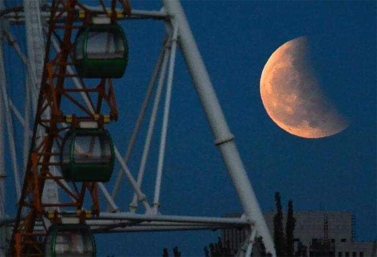 Super Blood Moon And Lunar Eclipse Light Up Skies Around The Globe (25 Pics)