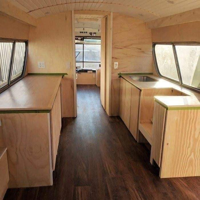 A woman spent 3 years renovating an old bus. The result is beautiful (11 Pics)