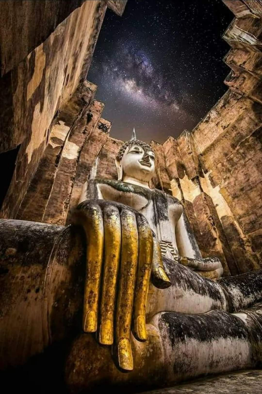 Wat Si Chum is one of the largest and most mysterious temples in Sukhothai Historical Park, Northwestern Thailand