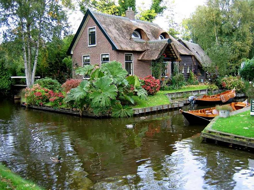 Giethoorn Village: This Village in Netherlands Has No Roads Only Canals