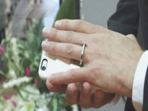 WATCH VIDEO: This Guy Marries his 'Smart Phone' in Las Vegas - For Real !