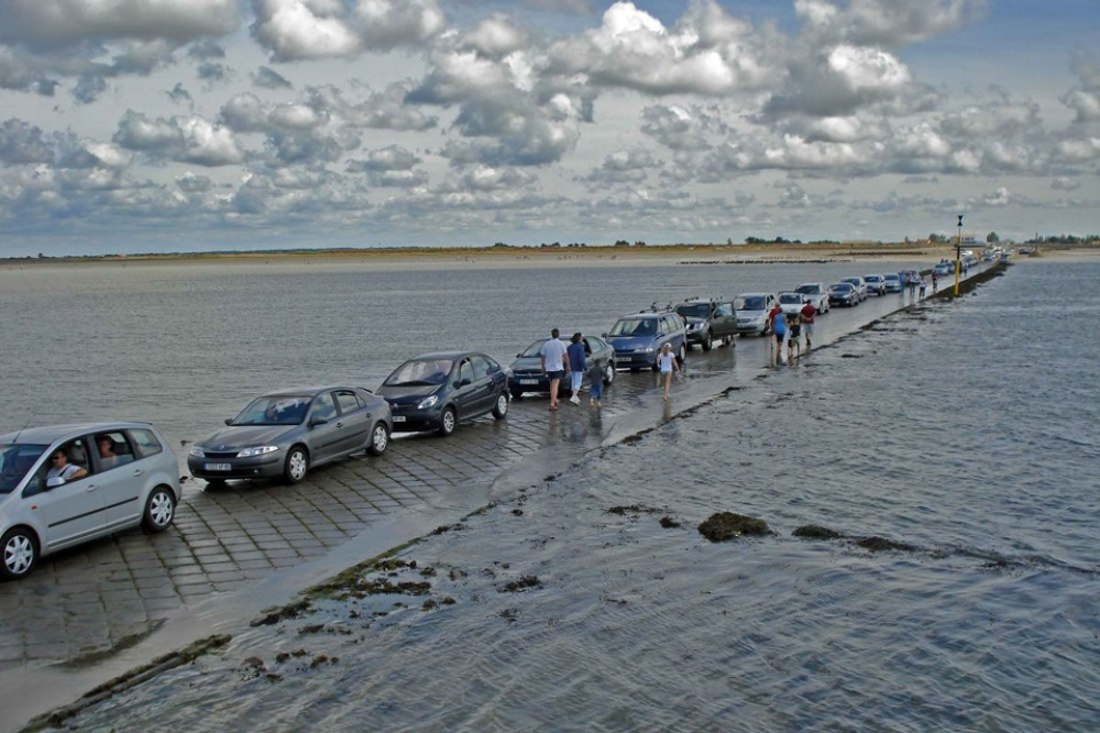 This Road appears twice in a day - Passage Du Gois Road in France, disappears twice a day!