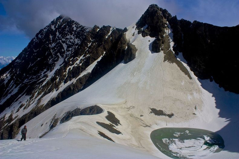 Mysterious 'Skeleton Lake' of Roopkund in Uttarakhand, India