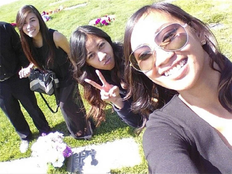 Cemetery Selfies: Probably The Most Stupid Trend Ever! (24 pics)