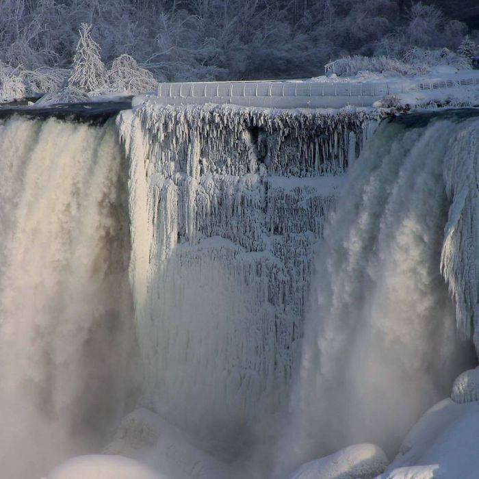 It's so cold in the USA that Niagara falls is frozen and it looks straight from Narnia (15 Pics)