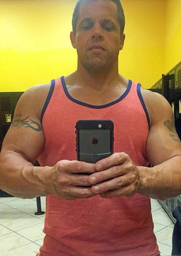 Epic Transformation - This Man Loses 90 Kilos After Being Forced To Buy Two Seats On An Airplane (10 Pics)